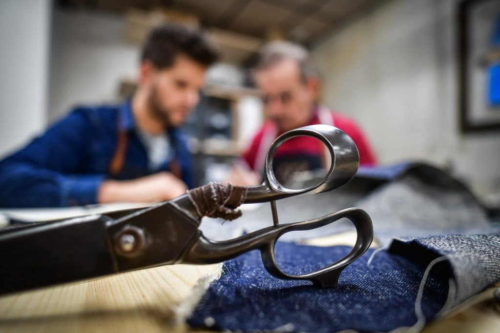atelier tuffery jean francais made-in-france-julien-jeanjacques-plan de travail atelier ciseaux chute jeans